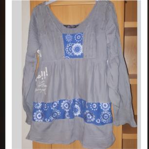 Fin grå-blå klänning med broderi från Desigual. 100% bomull. Storlek XL, liten i storkeken, motsvarar den storlek L. Nyskick.