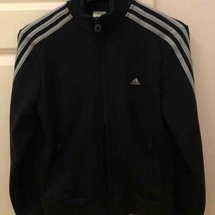 Jättecool svart Adidas tröja med grå detaljer!! Det står på lappen att den är i storlek 42, men den är extremt liten i storleken. Köpare står för frakt <33.
