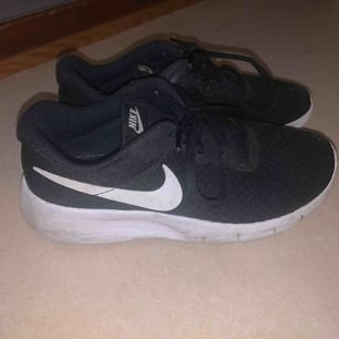 Snygga skor som är svart vita endast använda 2 gånger i fint skick