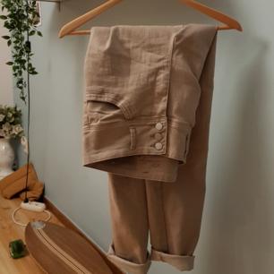 Beigea byxor med snygga detaljer, säljs då de tyvärr är för stora☺