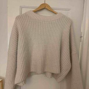 stor & mysig stickad tröja från H&M❤️ färgen är off-white! den är riktigt varm och tjock