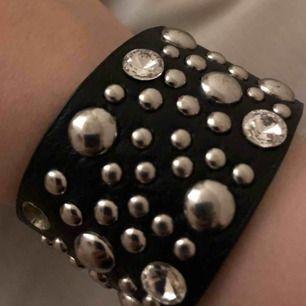 Asball armband med nitar på 🔲🤍. Det går att ändra storleken på armbandet. Frakt +11kr