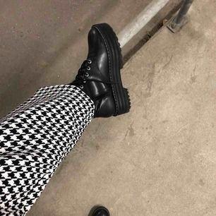 Snygga boots med hög sula😍 använda 1 gång
