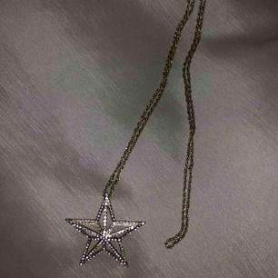 Sjukt snygg halsband med en guldig stjärna på 🌟Obs! Halsbandet är långt!