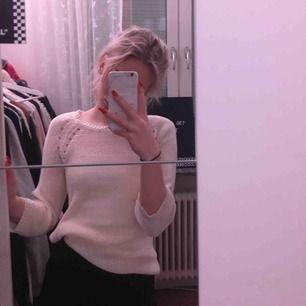 Basic vit stickad tröja från h&m, kan mötas i norrköping eller frakta.🦋