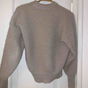 superfin stickad tröja med glitter trådar insydda. halv hög krage och trendiga ballongärmar. från Gina Tricot❤️