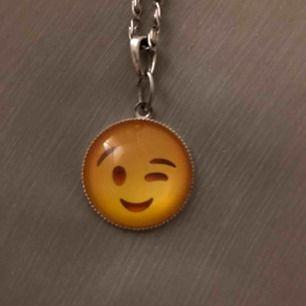 Asball halsband med en emoji. Frakt +11kr