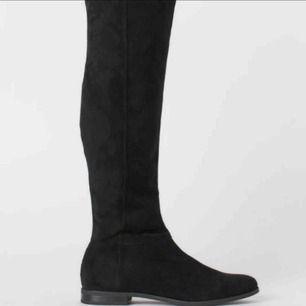 Säljer dessa otroligt snygga skor endast använda 3 gånger köpte dem för 600 kr dem är under knäna så skorna täcker inte knäna så otroligt bekväma