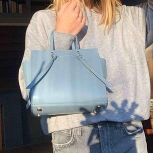Jätte fin väska från zara som är i väldigt bra skick, har använt den en gång💗 säljer pågrund av att jag har andra väskor nypris: 299 kr säljer: 100 kr Kontakta mig för intresse och för mer bilder🥰