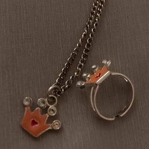 Gulligt  halsband med en matchandet ring 👑💍👛. Frakt +11kr