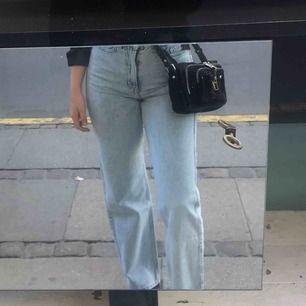Trendiga snygga byxor från weekday använda ett få tal gånger. Färgen är aqua blue