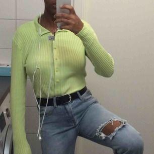 stretchig, mjuk, fräsch ljus palett grön tröja från Zalando. Jag känner mig inte bekväm i kläder som kramar om min kropp som denna gör därför vill jag sälja den.   Har bara testats aldrig använts. 🌞🌴.   Ställ frågor om du vill 😇.