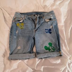Jeans shorts, använda men ändå i bra skick. Själv målade.