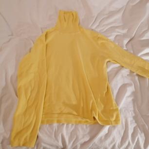 Billig, gul turtleneck tröja i bra skick