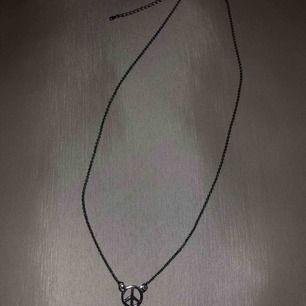 Peace halsband som kommer tyvärr inte till användning 🖤. Frakt 11kr