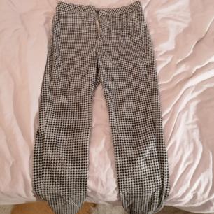 Skinny byxor i svart och vitt