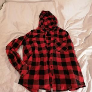 Svart och röd flannel skjorta med luva