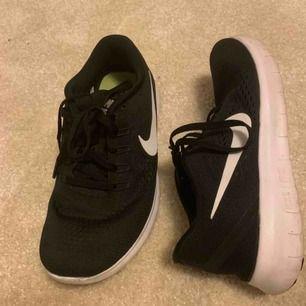 Nike free run, nästan i nyskick, använda fåtal gånger. Mer som 38. Frakt ingår i priset🧚🏻