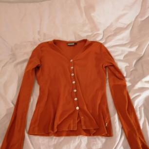 Orange tröja med knappar