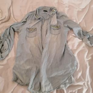 Jeans skjorta med fastsydda pärlor