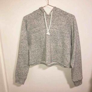Croppad hoodie som är superskön och mjuk, endast testad en gång men annars oanvänd. Storlek M.