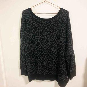 Superskön stickad oversize tröja från adidas i trendigt leopardmönster. Storlek 40 vilket motsvarar en storlek S/M beroende på hur oversize man vill att den ska vara. Endast testad i nyskick och köpt för 1300 kr.