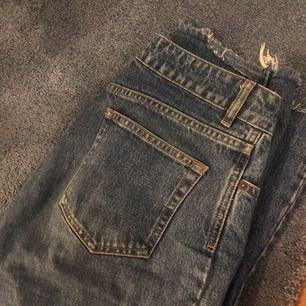 """Ett par mörkblåa jeans från Nakd som är raka, alltså sitter inte helt tight nertill. """"Mom fit"""" skulle jag nog säga. Väldigt snygga men får inte användning för dem. Frakt tillkommer"""
