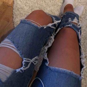 Supersnygga & coola håliga jeans strl 36!! Fint skick 🦋  Passar även 34💙