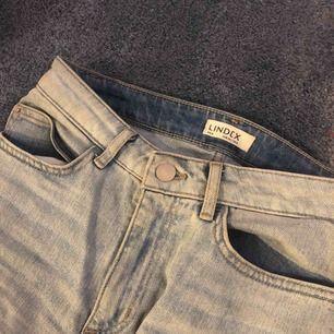 Ett par så nice ljusblåa jeans från Lindex. Strl 34 men jag har vanligtvis 36/ w 27 och skulle säga att dom är mer i strl 36/ w26-27 ungefär. Sitter så galet bra, bara att skriva för bilder på. Frakt tillkommer