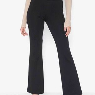 Så fina bootcut kostymliknande byxor! aldrig använda!🦋 Strl 36, men stretchiga så passar 34-38! 💙