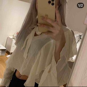 Såå söt & snygg blus från Zara!!🥺  Använd någon gång, nyskick! 💕  Strl S