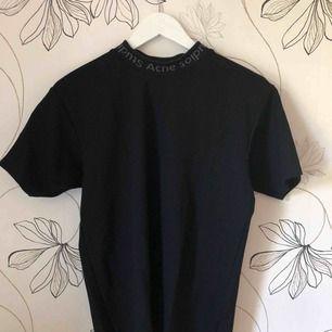 Säljer den välkända Acne Studios t-shirten. Som ny, använd fåtal gånger. Storlek xxs men skulle säga att den passar dig som har storlek upp till s eftersom den är lite oversized. Nypris 1400kr säljer för 1000kr. Pris kan diskuterad