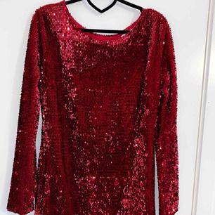 Ny paljettklänning endast använd 1 gång.  Storlek S/M