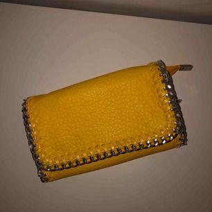 Säljer nu min gula, fina tiamoväska🌼☀️, den har inte blivit använd ofta efter att den köptes för ungefär 1 år sedan. Så den är i väldigt fint skick!☺️ frakt tillkommer på ungefär 60 kr! Nypris: 450 kr