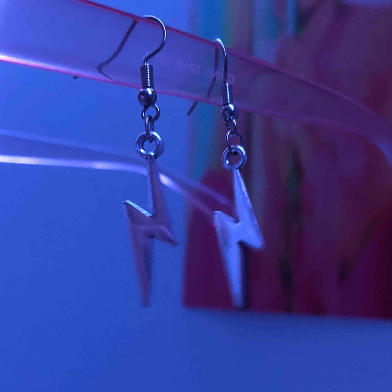 As snygga blixt örhängen för endast 45kr, köparen står för frakt ⚡️⚡️. Accessoarer.