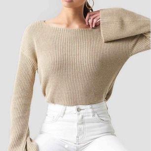 """En jättefin lite """" hårdare """" stickad tröja från NAKD. Köpt för cirka ett år sedan för runt 400 kr. Frakt tillkommer❣️ Skriv gärna för fler bilder vid intresse🥰 vid intresse av mer kläder går de självklart att samfrakta❣️"""