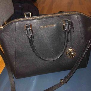 mk väska köpt för 4000kr och inte alls använd mycket. gärna snabb affär