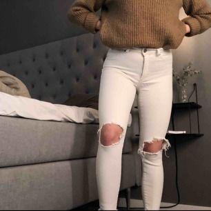 Ett par super bekväma stretchiga jeans från Bik Bok. Kommer inte ihåg exakt nypris men lär vart ca 450kr. Säljer nu för 120kr eller högstbjudande. Frakt tillkommer!