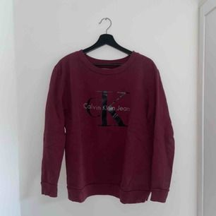 Säljer denna fina tröja från Calvin Klein då den tyvärr inte längre kommer till användning