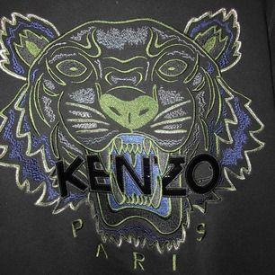 (Intressekoll) råcool tröja från kenzo, trycket är riktigt ballt och diskret med glansiga bokstäver i vinyl. Köpt på NK för 2 år sen för 2300kr, använd max 5ggr! Skriv för fler bilder på prislapp mm🥰