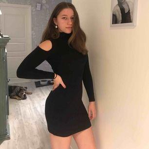 Svart klänning med öppningar vid axlarna🥰 jättefin och endast använd en gång  Köparen står för frakten 59 kr