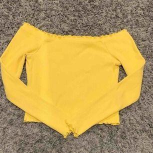 Säljer en super fin gul off shulder tröja från Gina. Säljs då jag inte riktigt använder den längre. Om den önskas att fraktas så ligger frakten på 42 kr.