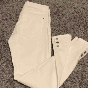 Säljer ett par vita byxor med knappar längst ned. Stressigt material. Säljer på grund av att jag aldrig använder vita byxor. Dem är också lite för stora för mig. Frakten ligger på 59kr