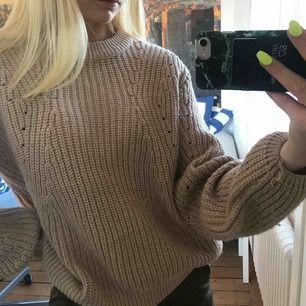 En superfin brun/beige stickad tröja som sitter fint oversized👌🏽🌟kommer inte till användning💜frakt 65kr💕