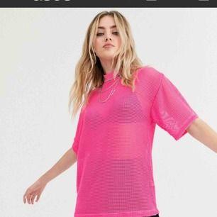 Neon t-shirt från ASOS i nätmaterial, supersnygg att ha lite oversized! Passar perfekt till neonfester eller liknande ❣️(använd en gång) *frakt 50 kr*