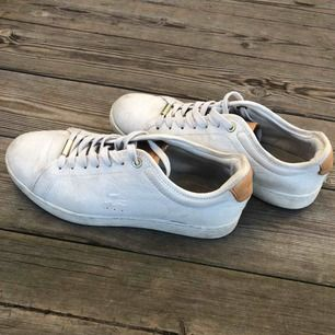 Lacoste - Sneakers: [ Pris: 599kr, ink. frakt ] [ Nypris: 1399kr ] [ Skick: Använda 1-5 gånger ] [ Storlek: 37 ]