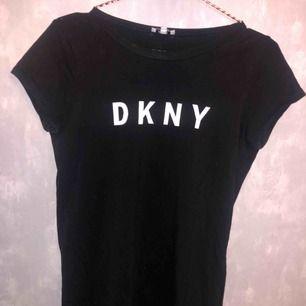 En Dkny t-shirt klänning i storlek XS. Denna säljer jag för 189kr. Den kostade ungefär 700/800kr som ny. Klänningen är knappast använd, den är ungefär som ny i skick. Tyvärr är den för liten för mig och därav säljer jag den.