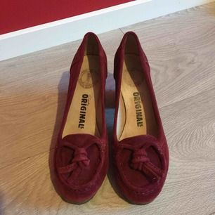 Clark's raw leather shoes in maroon. Rubber sole. Comfortable. Firm and good condition