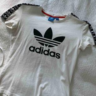Adidaströja i xs med detalj på axeln. Frakt ingår ej.