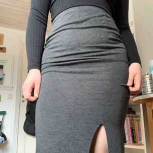 Lång mörkgrå kjol i bomull med strech. Fri frakt!
